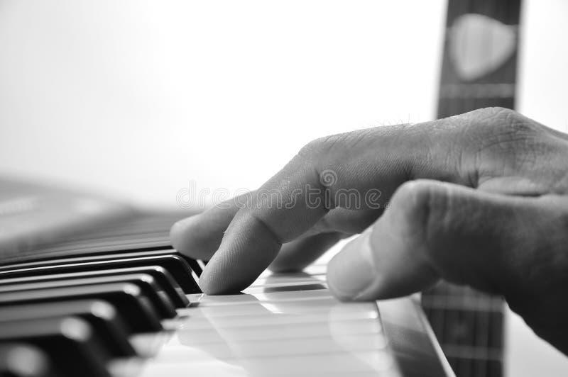 Weichzeichnungsmusiker übergibt das Spielen des Klaviers auf Klaviertastatur Niedriges KE stockfotografie