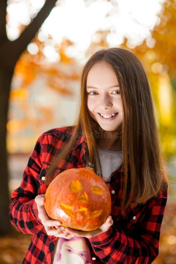 Weichzeichnungsporträt eines jungen Mädchens mit einem Kürbis stockfotografie