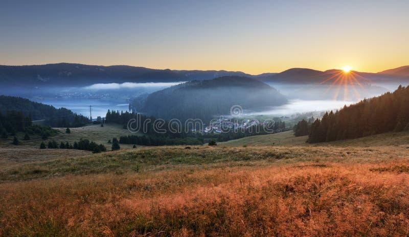 Weide en heuvels bij zonsopgang, Mlynky, Slowakije stock foto's
