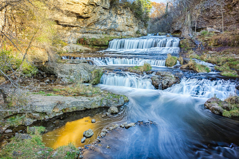 Weide-Fluss fällt in Herbst lizenzfreie stockfotos