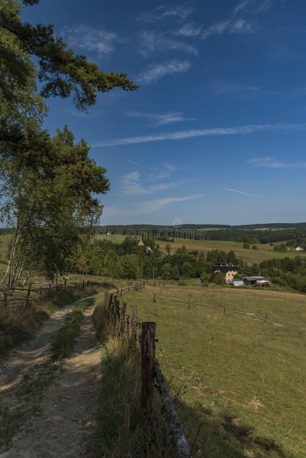 Weideland nahe Kraslice-Stadt in West-Böhmen lizenzfreie stockfotos