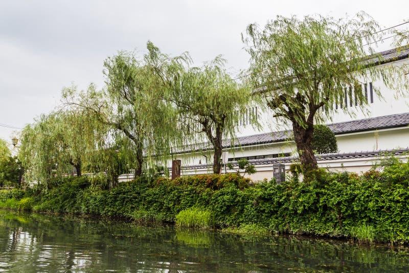 Weidenbäume und -ansicht vom traditionellen Boot bereisen in Yanagawa, Fukuoka lizenzfreies stockfoto