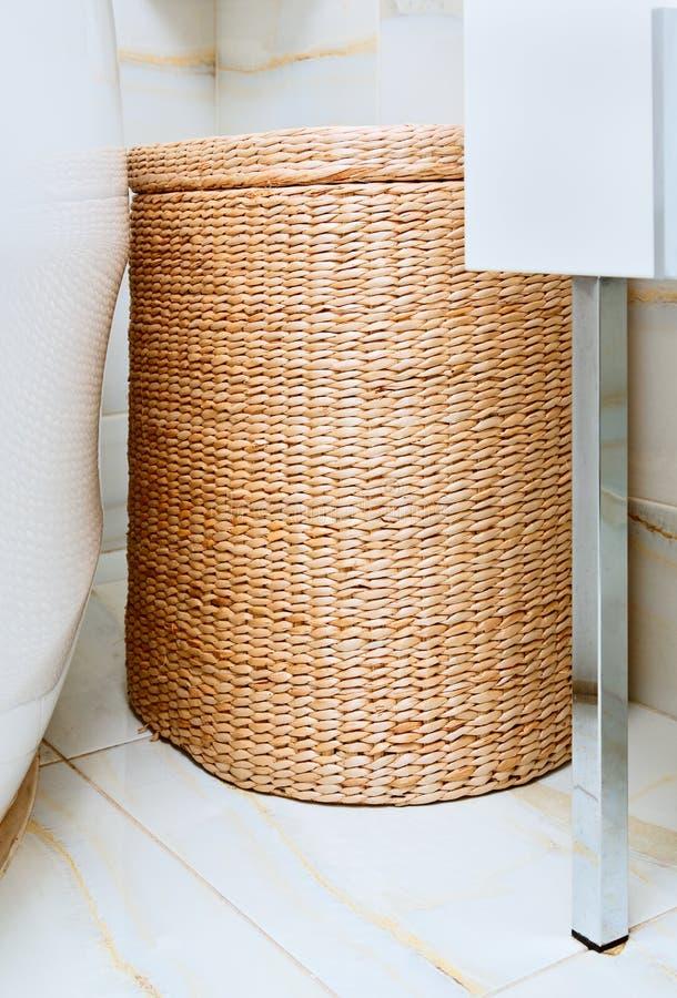 Weidenkleidungskorb im Badezimmer lizenzfreie stockfotos