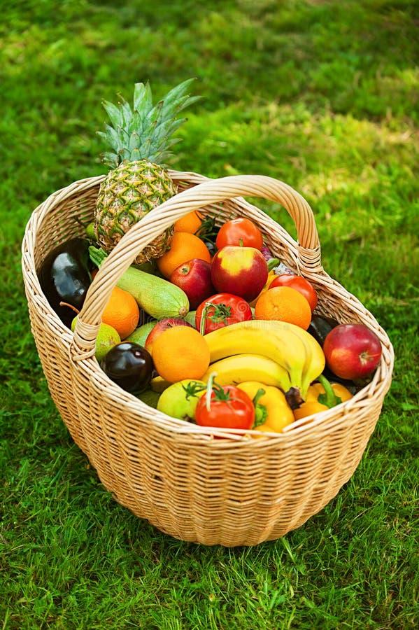 Weidenkorb mit Früchten stockfotografie