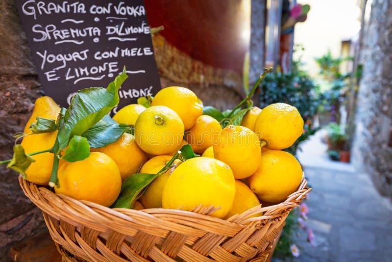 Weidenkorb voll von Zitronen auf der italienischen Straße lizenzfreie stockfotografie
