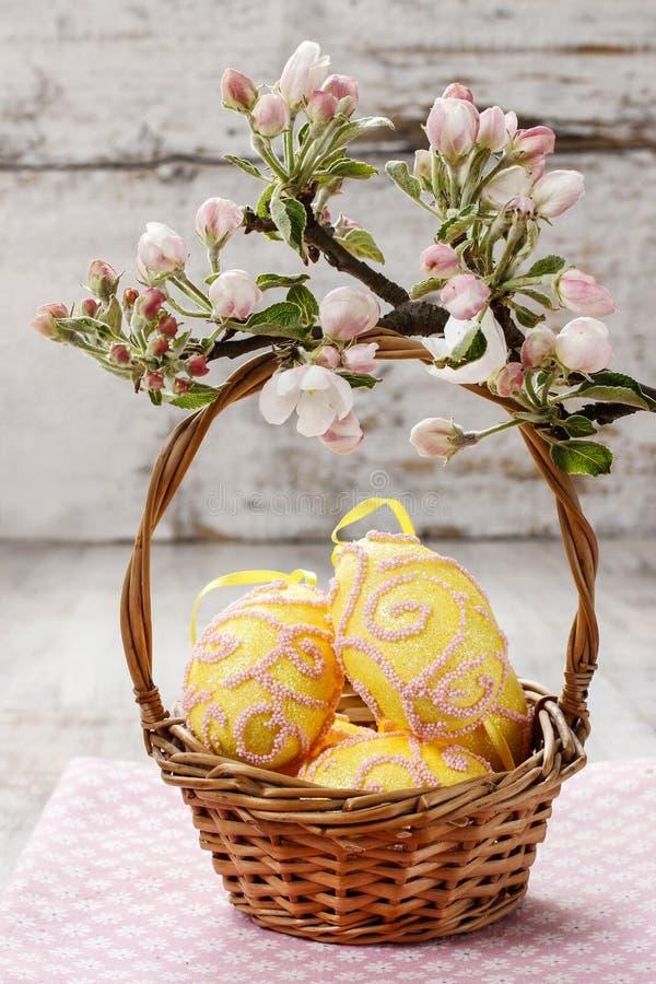 Weidenkorb von Ostereiern stockfoto