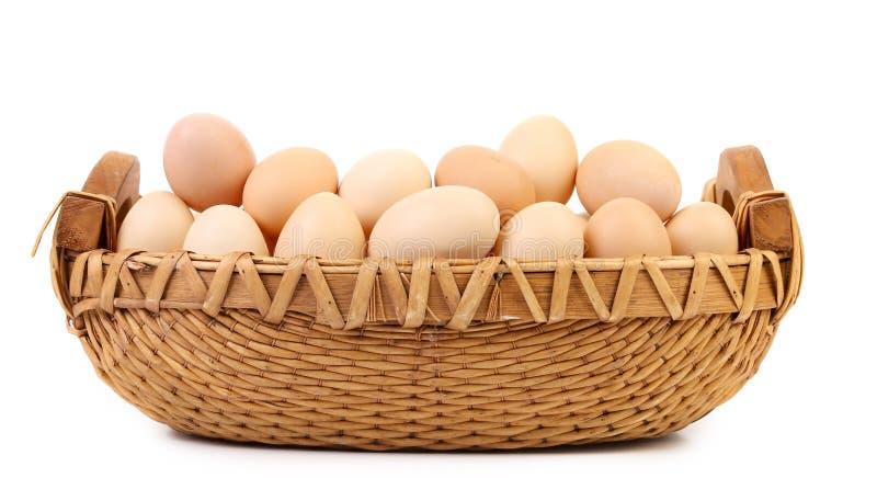Weidenkorbdummkopf mit Eiern. stockbilder