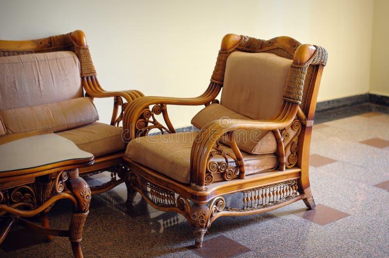 Weidenmöbelstuhl im Innenraum lizenzfreies stockfoto