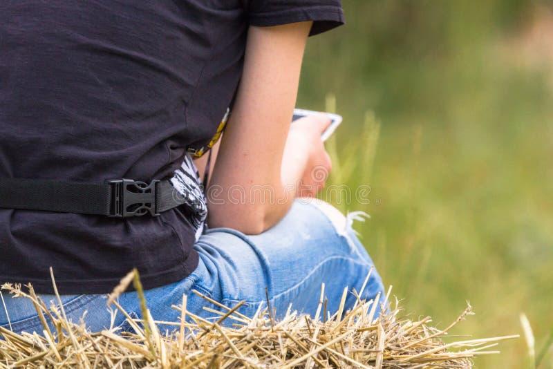 Weigering van levende mededeling ten gunste van gadgets en sociale netwerken stock foto's
