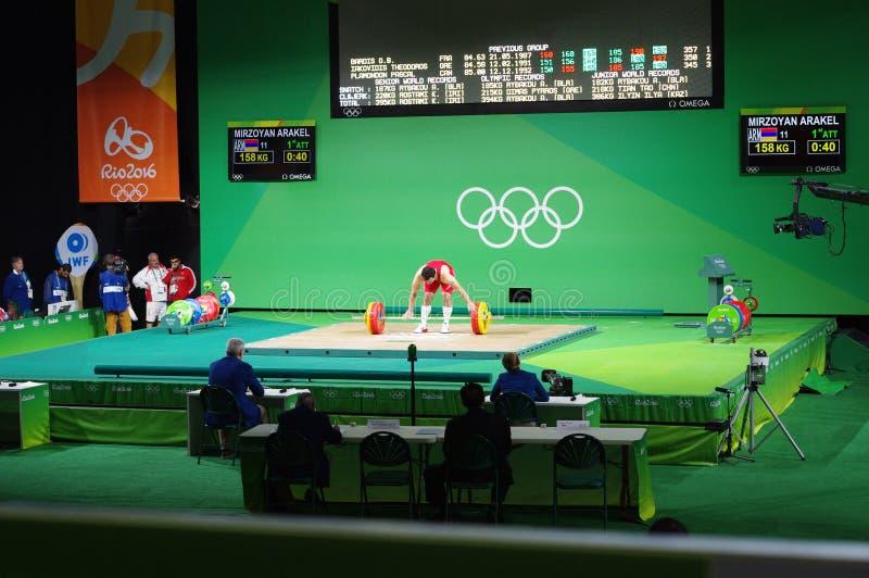 Weightlifter en las Olimpiadas imagen de archivo libre de regalías