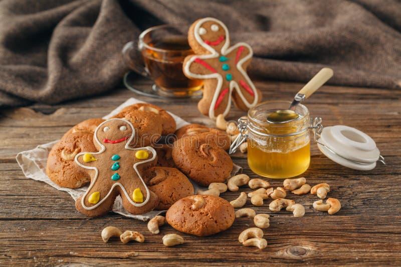 Weihnachten behandelt auf Platte und Tasse Tee auf Plaidnahaufnahme lizenzfreies stockfoto