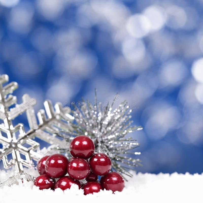 Weihnachten-bokeh Hintergrund mit Schneeflocken- und Beerenquadrat lizenzfreies stockfoto