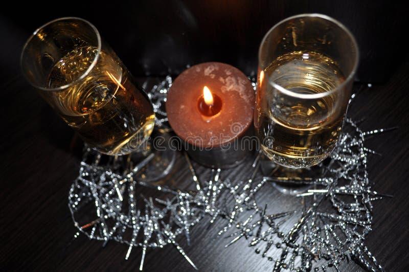 Weihnachten, Dekor des neuen Jahres, Dekorationen, Gläser, Kerze, Champagner stockbilder