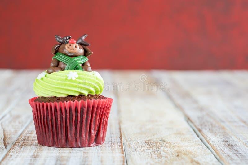 Weihnachten des kleinen Kuchens auf dem hölzernen lizenzfreies stockfoto