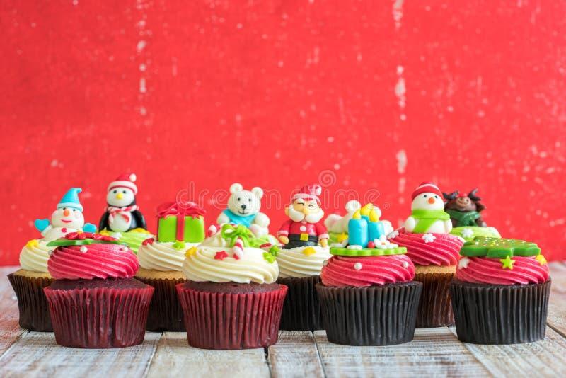 Weihnachten des kleinen Kuchens auf dem hölzernen lizenzfreie stockfotos