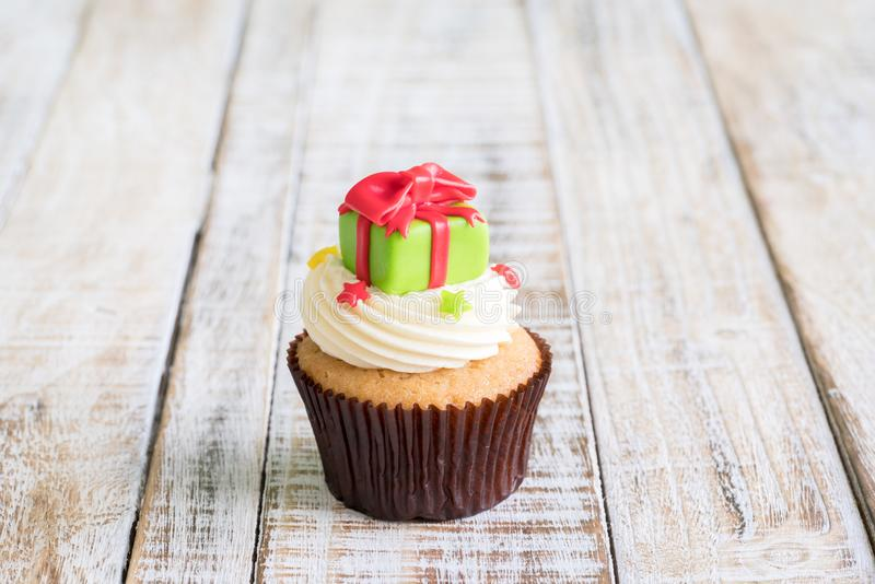 Weihnachten des kleinen Kuchens auf dem hölzernen lizenzfreie stockbilder