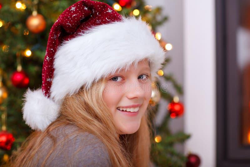 Weihnachten - Holdinggeschenk und -c$lächeln des kleinen Mädchens lizenzfreies stockfoto