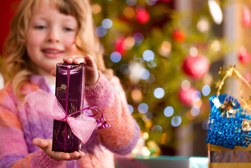 Weihnachten - kleines Mädchen mit Weihnachtsgeschenk lizenzfreie stockfotografie