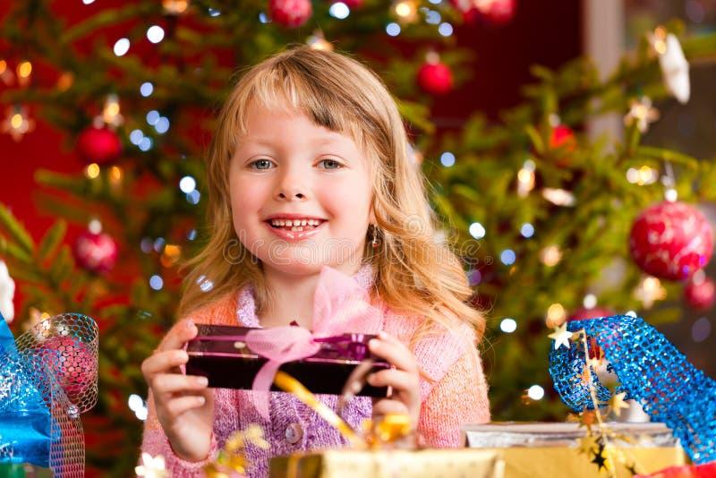 Weihnachten - kleines Mädchen mit Weihnachtsgeschenk stockbilder