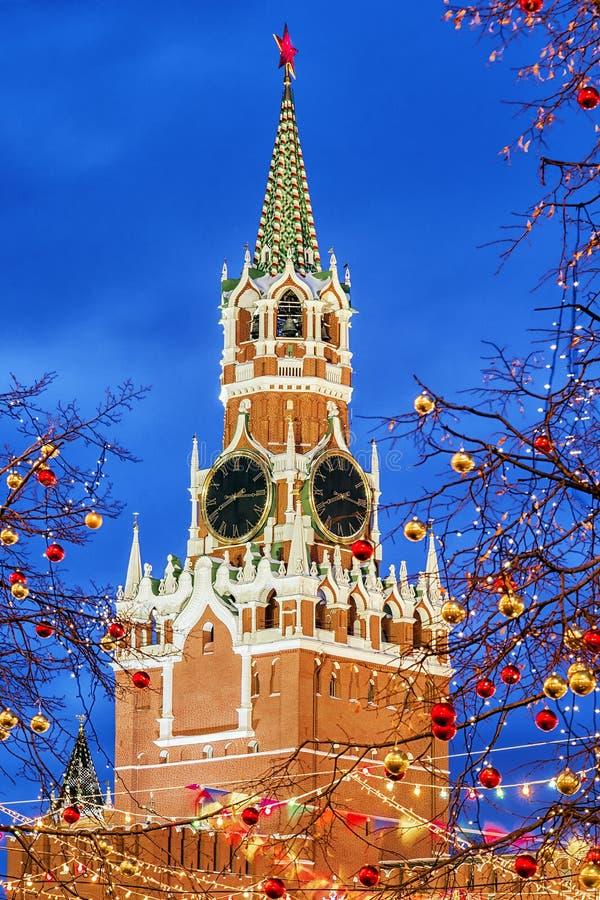 Weihnachten in Moskau Spasskaya-Turm in der festlichen Dekoration lizenzfreie stockfotos