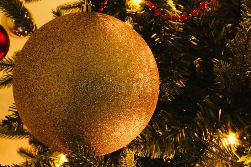 Weihnachten nah oben von einem Ball in einem grünen Baum stockfotografie