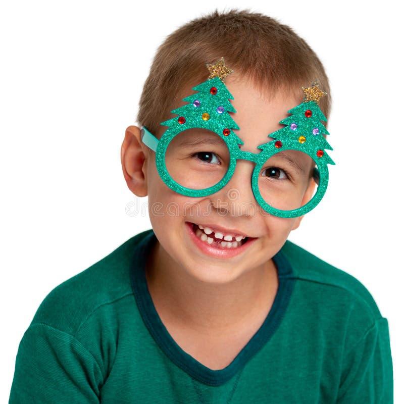 Weihnachten Neues Jahr Porträt eines glücklichen Kindes auf einem weißen Hintergrund Lächelnder Junge mit Gläsern stockbilder