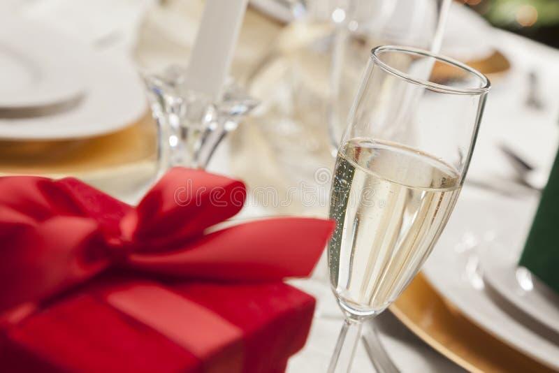 Weihnachten oder Valentine Gift auf Gedeck am eleganten Tisch lizenzfreies stockbild