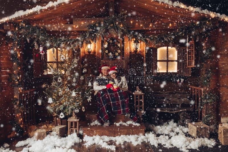 Weihnachten Romanze in der schönen Haus Santa Claus-Hüte Atmosphäre neuen Jahres lizenzfreies stockfoto