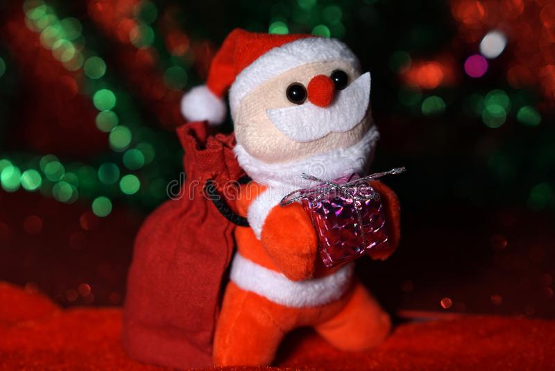 Weihnachten Sankt mit Geschenktasche und purpurrotem gilf Kasten lizenzfreies stockbild