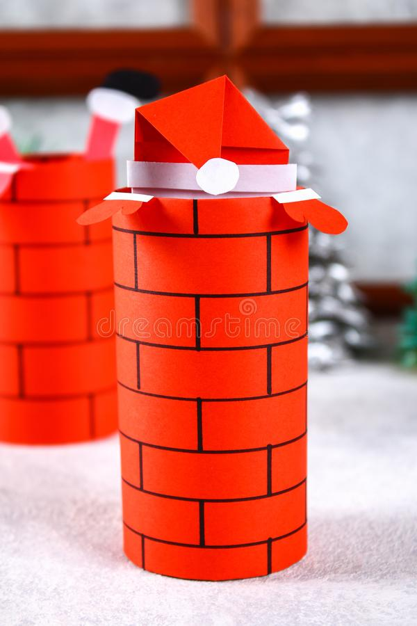 Weihnachten Santa Claus im Kamin machte von der Auflage der Toilettenpapier-Nabe, des farbigen Papiers, der Markierung, des Klebe lizenzfreies stockbild