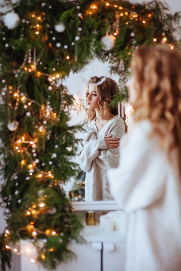 Weihnachten Schöne lächelnde Frau stockfotos