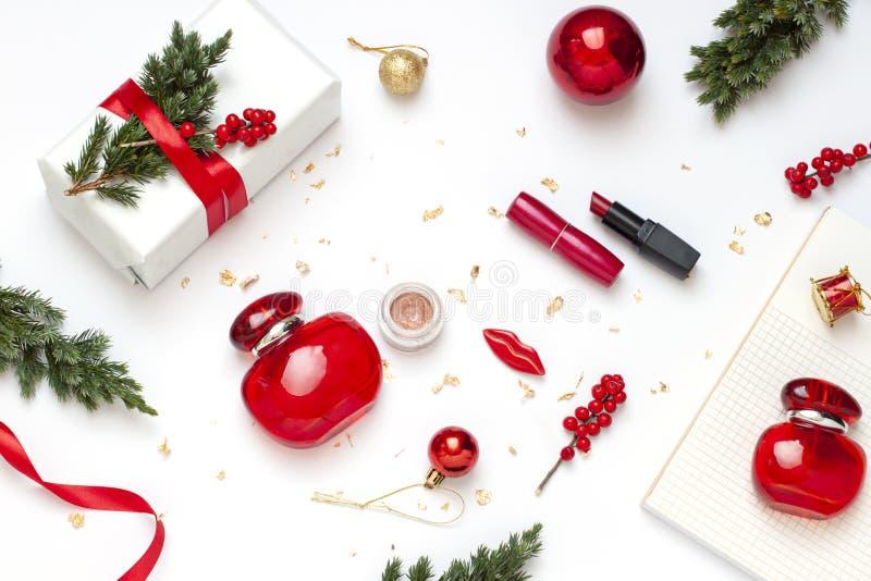 Weihnachten, Schönheitskonzeptebene des neuen Jahres legen mit kosmetischem Geschenk für sie stockbild