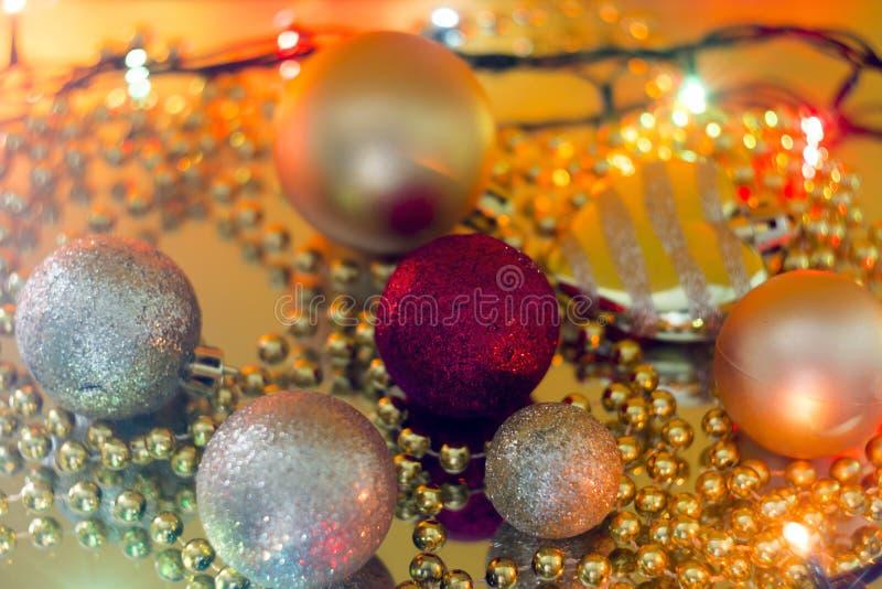 Weihnachten spielt auf einem gelben bokeh selektiver Fokus der Girlande stockfotografie