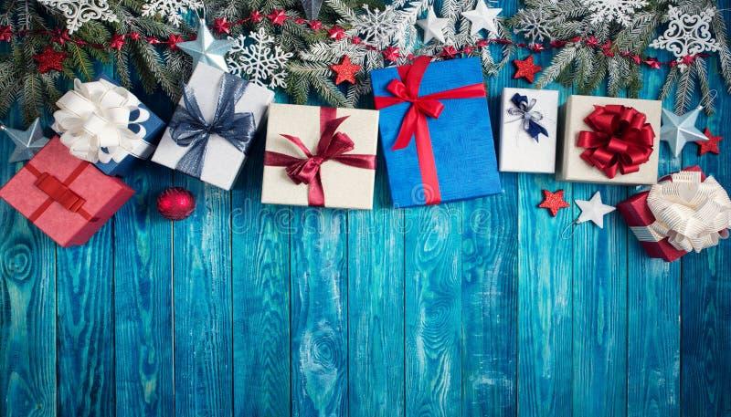 Weihnachten spielt auf hölzernem Hintergrund mit Tannenbaumasten die Hauptrolle stockfotografie