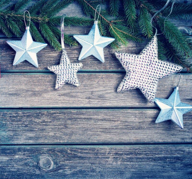 Weihnachten spielt auf hölzernem Hintergrund mit Tannenbaumasten die Hauptrolle lizenzfreie stockfotografie