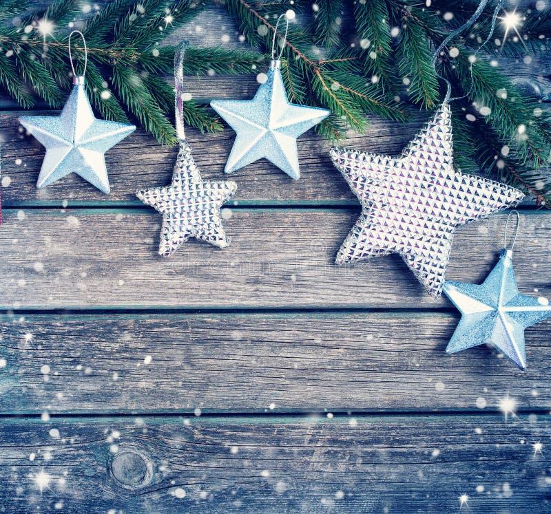Weihnachten spielt auf hölzernem Hintergrund mit Tannenbaumasten die Hauptrolle stockfotos