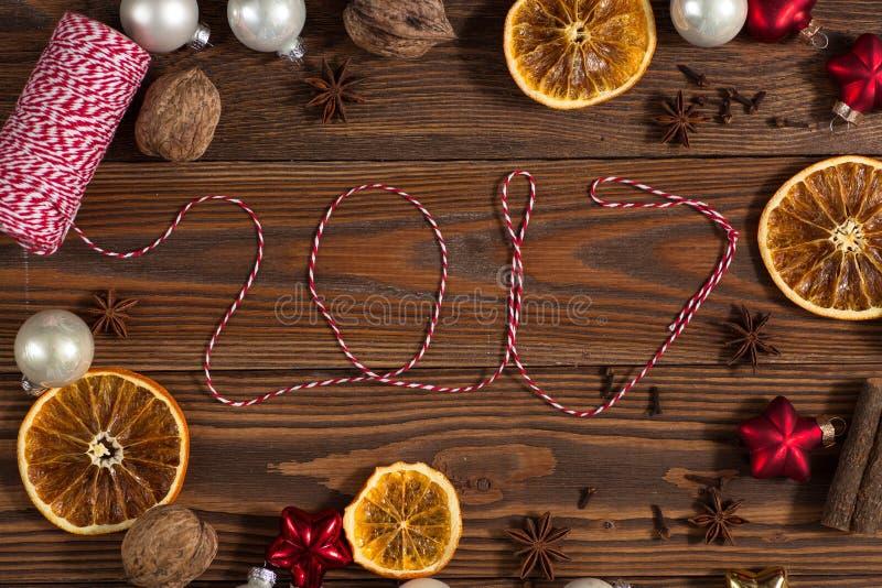 Weihnachten spielt, Orangen, Nüsse auf einem hölzernen Hintergrundkonzept Chr stockbild