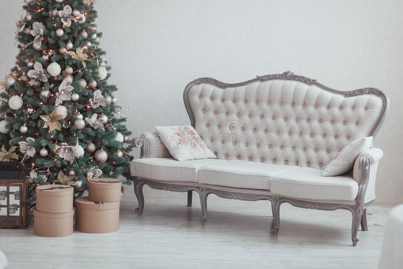 Weihnachten und neues Jahr Eve Tree Feiertags-Winter-Hintergrund Innendetails - Sofa, Weinlesegeschenke, Kerzen Getrennt stockbilder