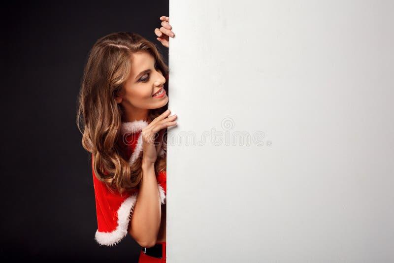 Weihnachten und neues Jahr Frau in der Sankt-Kostümstellung lokalisiert auf schwarzer schauender neugieriger Nahaufnahme des weiß stockbilder