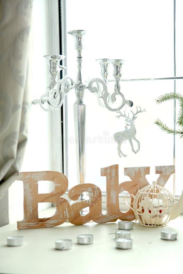 Weihnachten und neues Jahr mit Geschenken verzierten Innenraum lizenzfreies stockbild