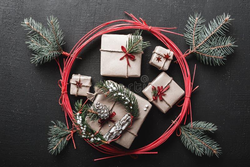 Weihnachten- und neues Jahr ` s Tagesgrußkarte mit vielen Geschenken für Winterurlaube umgeben durch einen roten Kreis, Feiertag  stockfoto