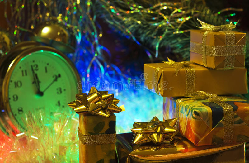 Weihnachten- und neues Jahr ` s viele Geschenkboxen eingewickelt im buntem und Goldpackpapier mit Bögen von Bändern lizenzfreies stockbild