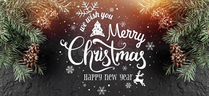 Weihnachten und neues Jahr typografisch auf schwarzem Feiertagshintergrund mit Tannenzweigen, Kiefernkegel lizenzfreie abbildung