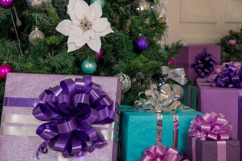 Weihnachten und Neujahrsgeschenke unter dem Baum stockfotos