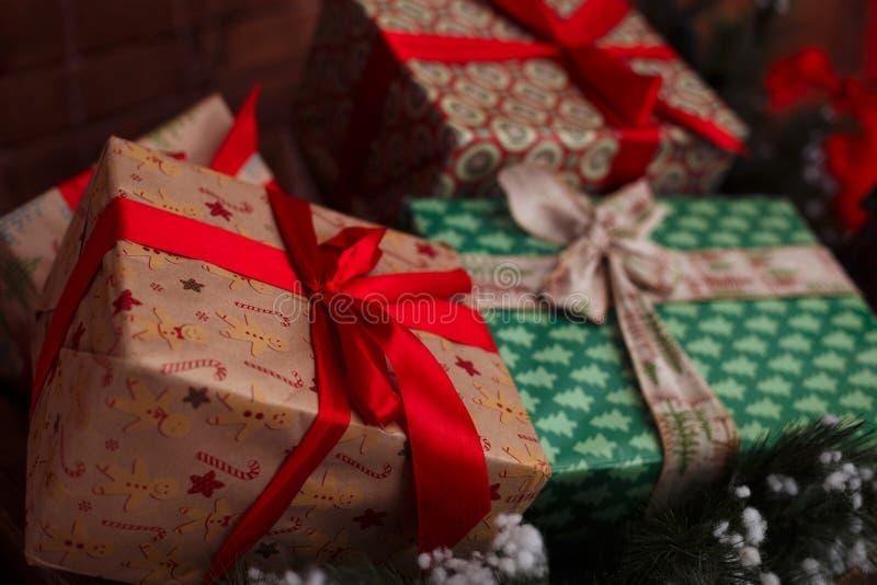 Weihnachten und Neujahrsgeschenke unter einem Weihnachtsbaum lizenzfreie stockfotografie