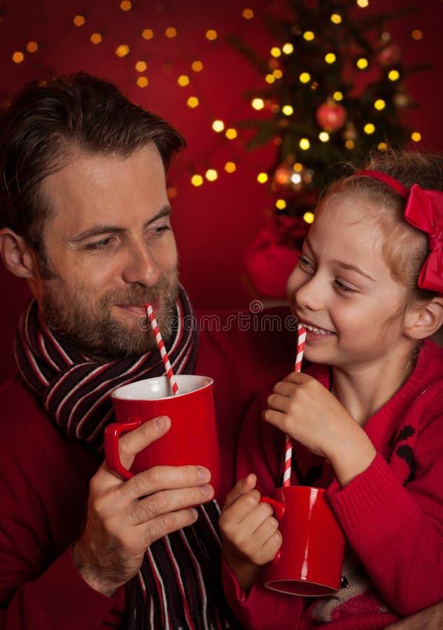 Weihnachten - Vater- und Tochtergetränkkakao und haben Spaß stockfoto