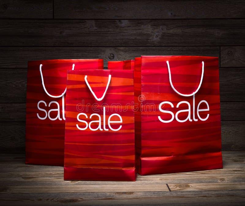 Weihnachten - Verkaufstasche, Rabatt, auf hölzernem Hintergrund lizenzfreie stockfotos