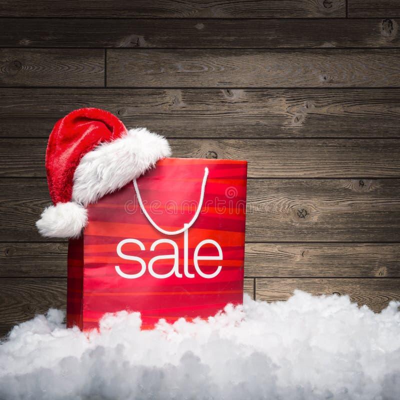 Weihnachten - Verkaufstasche, Rabatt, auf hölzernem Hintergrund lizenzfreie stockbilder