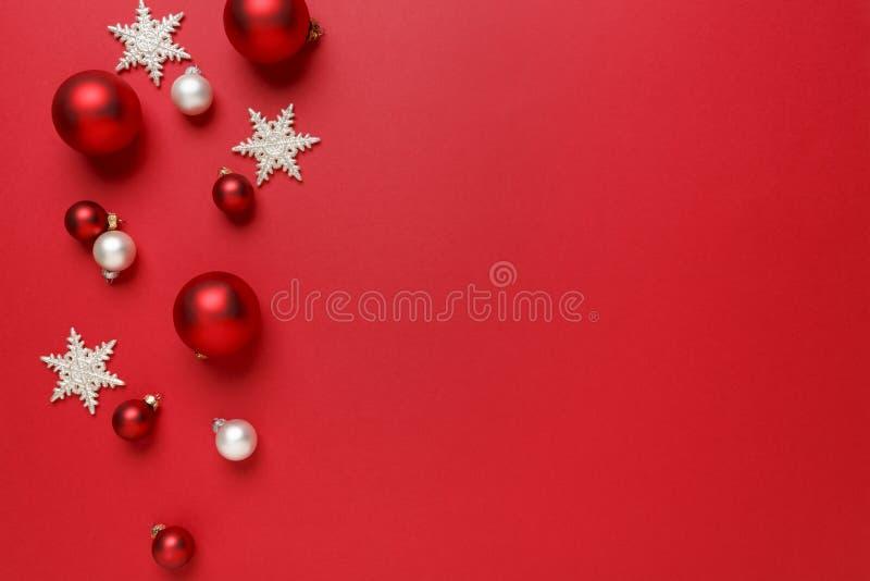 Weihnachten verziert Dekorationshintergrund Klassische rote und weiße Glasflitterbälle mit horizontaler Grenze giltter Schneefloc stockfotos