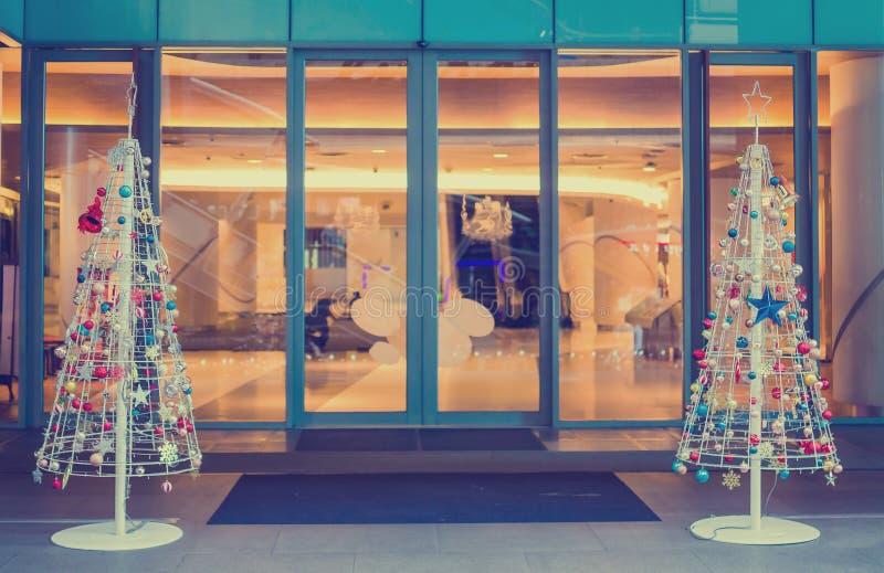 Weihnachten verzierte Baumfront von departmentstore für Weihnachtsfeiertagshintergrund lizenzfreies stockfoto